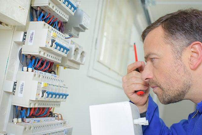 Un-électricien-professionnel-pour-renforcer-la-sécurité-du-panneau-de-distribution
