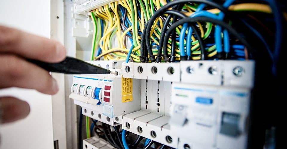 Un-électricien-spécialisé-pour-installer-les-différents-éléments-du-tableau