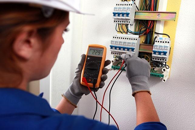 Un-entrepreneur-électricien-pour-réaliser-un-design-convivial-pour-simplifier-la-maintenance